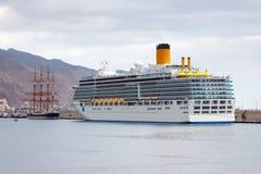 Bateaux de croisière et voilier de luxe dans le port Image libre de droits