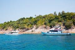Bateaux de croisière outre de l'île en mer d'Andaman, Thaïlande photo libre de droits