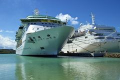 Bateaux de croisière dans le port de St Maarten Images libres de droits