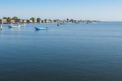 Bateaux de culture de moule, à la lagune de Scardovari, Po& x27 ; delta de rivière, images stock