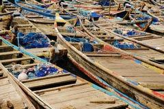 Bateaux de Fisher dans le port de Lomé au Togo photos libres de droits