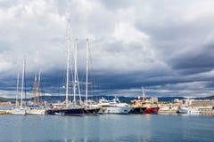 Bateaux de Fisher et bateaux à voile dans le port du petit remorquage Palamos dans Spai Images stock