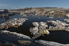 Bateaux de Fishermans sur l'océan arctique dans la marine d'Ilulissat, Groenland Mai 2016 Photographie stock libre de droits