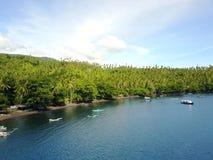Bateaux de Fisherspar la plage et la forêt dans le détroit de Lembeh Photographie stock libre de droits