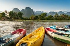 Bateaux de kayak en rivière de Nam Song Photographie stock