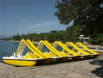 Bateaux de location jaunes   Photo stock