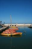 Bateaux de loisirs amarrés au dock méditerranéen Images libres de droits