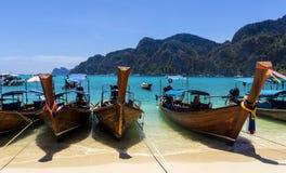bateaux de Long-queue sur la plage sablonneuse, île de Phi Phi Don images stock