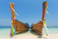 Bateaux de Longtail à la plage tropicale de l'île de Poda Image stock