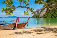 Bateaux de Longtail amarrés sur la plage en Thaïlande Photos stock