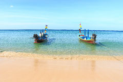 Bateaux de Longtail outre de plage phuket Thaïlande de karon Photos stock