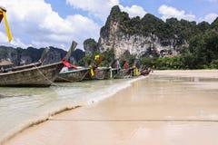 Bateaux de Longtail sur une plage de la Thaïlande photos stock