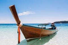 Bateaux de longue queue amarrant ? la plage et ? la mer image libre de droits