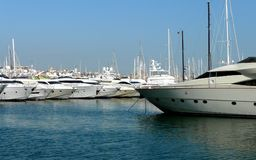Bateaux de luxe dans une marina Images libres de droits