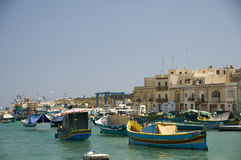 Bateaux de Luzzu dans le village de pêche de Malte de marsaxlokk Image libre de droits