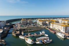 Bateaux de marina de Brighton et yachts et appartements un beau jour photographie stock