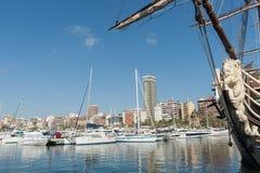 Bateaux de marina et de luxe avec l'horizon de ville Alicante, Espagne Photo stock