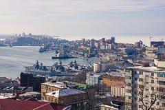 Bateaux de militaires dans le port de ville Photographie stock libre de droits