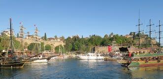 Bateaux de navigation au port de Kaleici Oldtown à Antalya, Turquie Photos stock