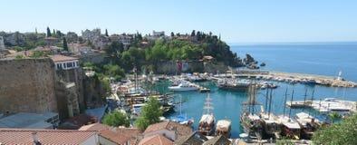 Bateaux de navigation pour les touristes et le Fisher Boats dans le port d'Antalyas Oldtown Images libres de droits