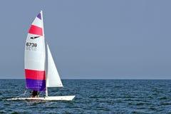 Bateaux de navigation Windsurfing dans l'océan photos libres de droits