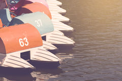 Bateaux de pédale dans le lac sur le coucher du soleil Photographie stock