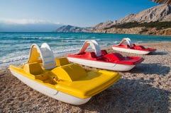 Bateaux de pédale sur la plage chez Baska - Krk - la Croatie Photos libres de droits