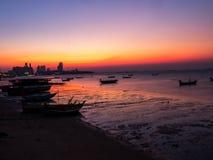 Bateaux de pêche à côtier dans le coucher du soleil photo stock