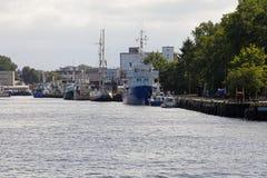 Bateaux de pêche à l'ancre sur le bord du quai images libres de droits