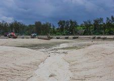 Bateaux de pêche à marée basse Photos stock