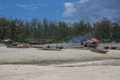 Bateaux de pêche à marée basse Photographie stock