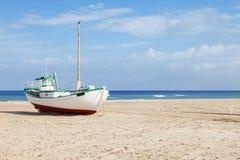 Bateaux de pêche échoués sur la plage Photographie stock