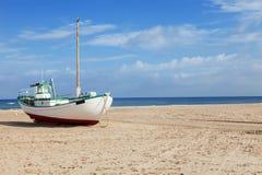 Bateaux de pêche échoués sur la plage Photo stock