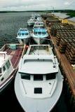 Bateaux de pêche alignés Image libre de droits