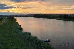 Bateaux de pêche amarrés au-dessus de la rivière Photos stock