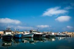 Bateaux de pêche ancrés dans le port photo stock