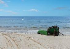 Bateaux de pêche ancrés sur la plage sablonneuse de la mer baltique Photo libre de droits