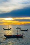 Bateaux de pêche au coucher du soleil Image stock