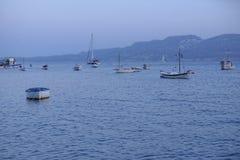 Bateaux de pêche au coucher du soleil Photographie stock libre de droits