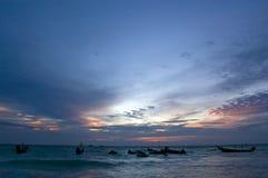 Bateaux de pêche au coucher du soleil Photos stock
