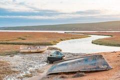 Bateaux de pêche au coucher du soleil dans l'estuaire de rivière d'Olifants Photo stock
