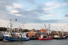 Bateaux de pêche au pilier dans Busum, Allemagne Photo stock