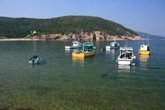 Bateaux de pêche au point blanc Image stock