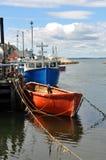 Bateaux de pêche au quai Photos stock