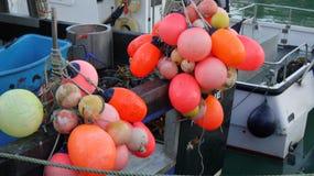 Bateaux de pêche avec des flotteurs, Padstow, les Cornouailles, R-U Photos stock