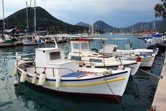 Bateaux de pêche blancs, Leucade, Greecw Image stock
