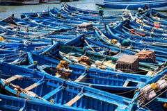 Bateaux de pêche bleus dans le port d'Essaouira, Maroc Photo stock