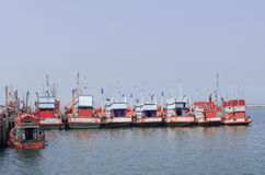 Bateaux de pêche bleus dans le sri Chang, Chonburi Thaïlande de Kho Photos stock
