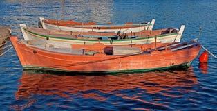 Bateaux de pêche colorés Photographie stock libre de droits