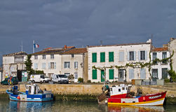 Bateaux de pêche colorés ancrés au port. Photo stock
